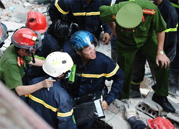Hà Nội: Sập nhà cổ 4 tầng, 5 người bị vùi lấp, 2 người chết