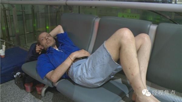 Hết ngồi rồi lại nằm, Cirk kiên trì cắmrễ ở sân bay tận 10 ngày. Trong khoảng thời gian đó anh chỉ ăn mì gói và uống nước ngọt.