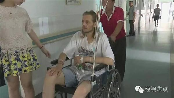 Vì có bệnh thận và tiểu đường, Cirk đã kiệt sức và ngất xỉunên được các nhân viên sân bay đưa đến bệnh viện.