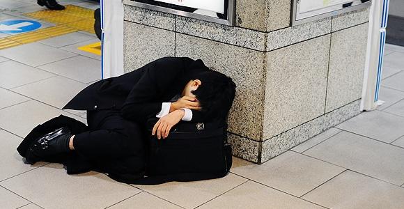 Ngủ mọi lúc mọi nơi là những gì dễ thấy nhất ở một đất nước quá tải vì công việc.
