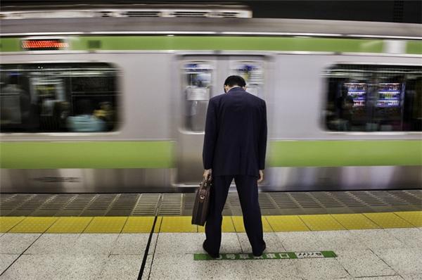 Sau giờ làm, những người Nhật luôn cảm thấy mệt mỏi và bị ức chế thần kinh.