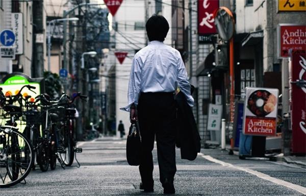Mệt mỏi, nhưng người Nhật vẫn cố gắng kiên cường để theo đuổi văn hóa làm ngoài giờ và tỏ ra năng lực của mình.