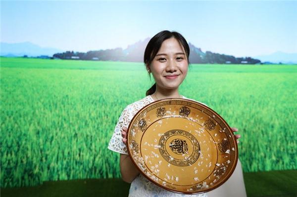 Dù thân hình nhỏ bé nhưng với sức ăn khủng khiếp, sau 1 giờ 20 phút cô đã ăn sạch 4kg cơm trắng.
