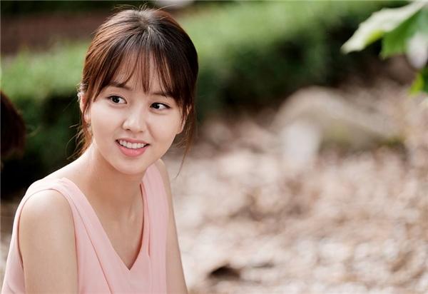 """Ấn tượng đầu tiên ở Kim Hyun Ji đó chính là vẻ ngoài xinh đẹp đến nao lòng. Điều này giúp cô nàng nhanh chóng ghi tên mình vào danh sách """"ma nữ đẹp nhất màn ảnh Hàn"""" ngay từ những giây phút đầu tiên phim lên sóng."""