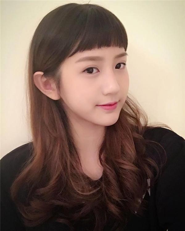 Tóc mới nhìn Joyce Chu rất trẻ trung.