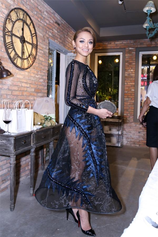 Dù ngay ngày sinh nhật nhưng Mai Ngô vẫn tất tả chạy show. Nữ người mẫu diện váy xuyên thấu gợi cảm của Đỗ Long đến tham dự buổi ra mắt một cửa hàng thời trang tại TP.HCM. Thiết kế lấy hai tông màu xanh, đen làm chủ đạo.