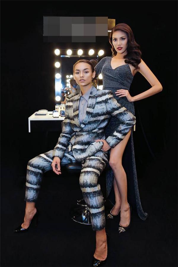 Trong thử thách giúp team Lan Khuê giành chiến thắng, Mai Ngô hóa thân thành nam giới và diện suit loang màu của nhà thiết kế Phi Phạm.