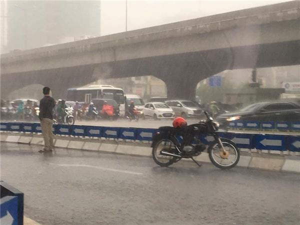 Bức ảnh gốc, chàng trai lẻ loi giữa phố đông người trong màn mưa giăng kín trời.
