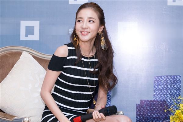 """""""Fans Việt Nam rất nóng bỏng (cười). Lần nào tôi đến, các bạn cũng chào đón tôi vô cùngnồng hậu. Con người Việt Nam cũng rất tốt bụng."""" – Dara tâm sự."""