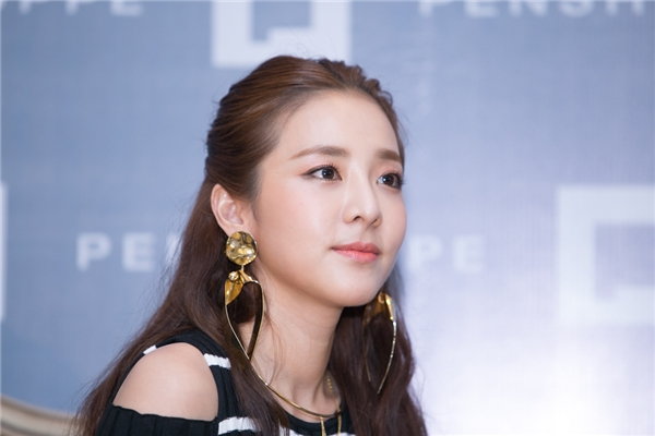 Dara chia sẻ muốn thử rất nhiều món ăn Việt, đặc biệt là món phở gà và bánh mì.