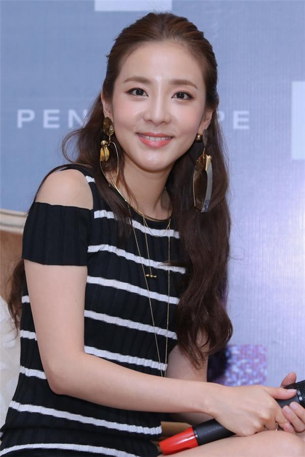 """Dara (2NE1): """"Tôi muốn đi xe máy và mặc áo dài Việt Nam"""""""