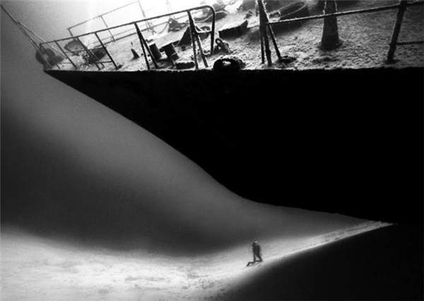 Một người thợ lặn đang di chuyển bên dưới xác một con tàu đắm. Không biết có thứ gì bên trong đống đổ nát tối tăm của nó phóng ra tấn công ông ta không?