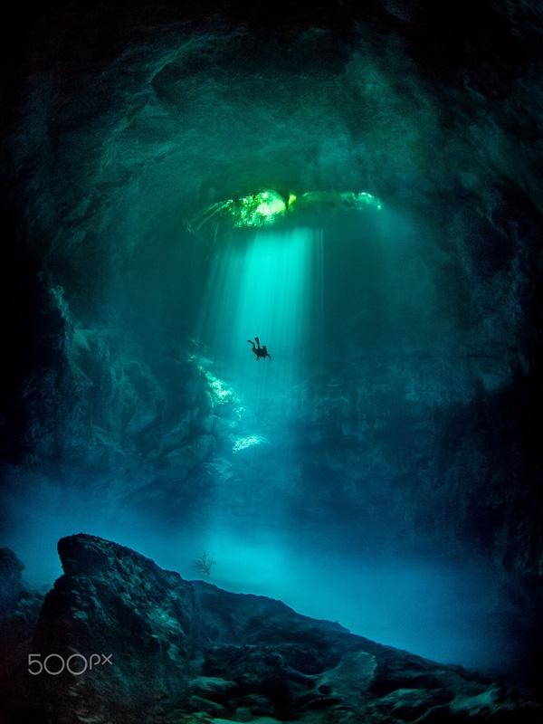 Hang động này có tên là The Pit, tọa lạc tại Tulum, Mexico, là một địa điểm lặn vô cùng nổi tiếng vì vẻ đẹp như tiên cảnh của nó. Tuy nhiên, với người sợ hãi những thứ dưới mặt nước, họ sẽ có cảm giác như thể mình sẽ chết ngay lập tức nếu rơi xuống đây.