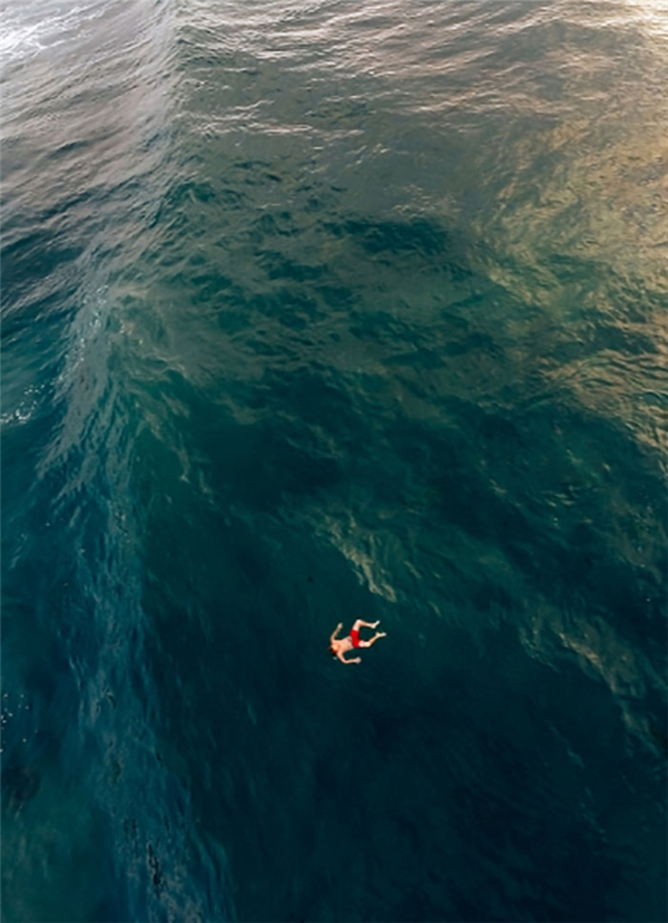 Đây có lẽ là cảnh đáng sợ nhất đối với những người mắc chứng sợ biển. Bạn có chết khi va phải mặt nước không? Có thứ gì dưới nước đang há mõm chờ sẵn bạn không? Bạn sẽ mất bao lâu để chạm đáy? Khi chạm đáy rồi bạn sẽ mất bao lâu để chết? Bạn có bị xiên vào thứ gì đó bên dưới đó không? Bạn có trông thấy xác chết nào hay có xác chết nào vướng vào người bạn không? Thật là đáng sợ!