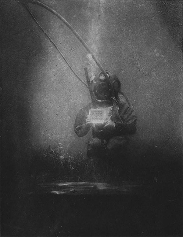 Đây là tấm ảnh đầu tiên trong lịch sử được chụp bên dưới mặt nước. Cảm giác giống như thể đang lặn dưới nước thì gặp ma vậy.