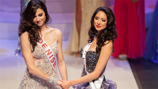 Vương miện và danh hiệu cao quý được trao lại cho Riza Santos(phải)- người vốn được xướng tên là Á hậu 1. Lý do của sự cố này là lỗi đánh máy khiến số điểm của các thí sinh bị nhầm dẫn tới sai kết quả.