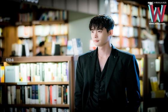 Dù chỉ là hình ảnh hậu trường nhưng Lee Jong Suk vẫn đẹp đến từng milimet.