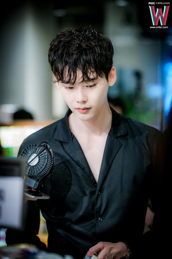 """Làn da trắng mịn không tì vết chính là một trong những ưu điểm giúp Lee Jong Suk lột tả Kang Chul một cách """"truyện tranh"""" nhất."""