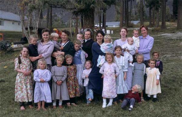 Người đàn ông sống cùng mái nhà với... 27 bà vợ và 145 người con ruột