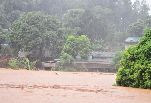 Theo cơ quan dự báo khí tượng, do ảnh hưởng của hoàn lưu bão Nida, đêm qua, mưa diện rộng vẫn tiếp tục dội xuống Lào Cai, một số nơi có mưa to như: Sa Pa 60mm, TP Lào Cai 63mm, xã Vĩnh Yên (H.Bảo Yên) 72mm. Thị trấn Bát Xát có mưa rất to 152mm, mưa lớn đã gây sạt lở, lũ quét, ngập úng. Ảnh: Internet
