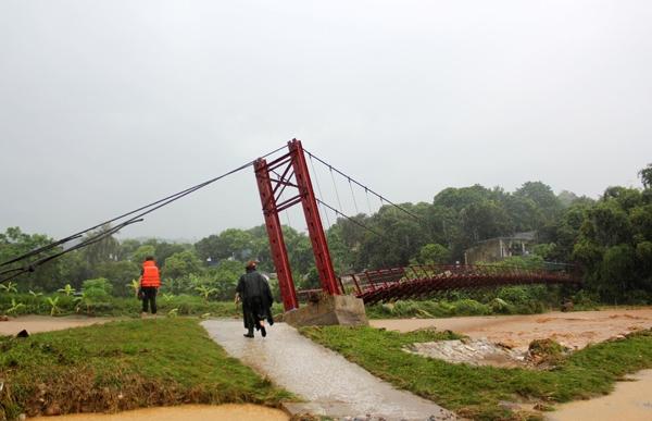 Bát Xát là địa phương chịu ảnh hưởng nặng nhất, đặt biệt lũ từ suối Phìn Ngan lên nhanh cuốn trôi một cầu treo qua thôn Sủng Hoảng, 16 hộ dân bị cô lập. Hiện lực lượng chức năng chưa tiếp cận được. Ảnh: Internet