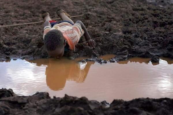 Ở đây, chúng ta quên tắt vòi nước. Ở đâu đó, nguồn nước sạch là vàng, là bạc đối với nhiều người.(Ảnh: Internet)