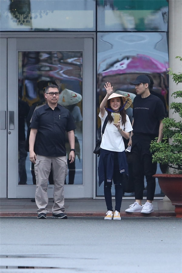 Dara (2NE1) thân thiện đội nón lá, rạng rỡ chụp ảnh fans Việt