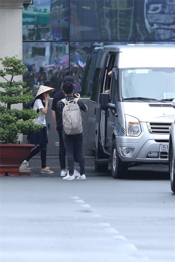 Cô được quản lí đưa lên xe để di chuyển về khách sạn nghỉ ngơi, chuẩn bị cho buổi gặp gỡ truyền thông vào chiều nay.
