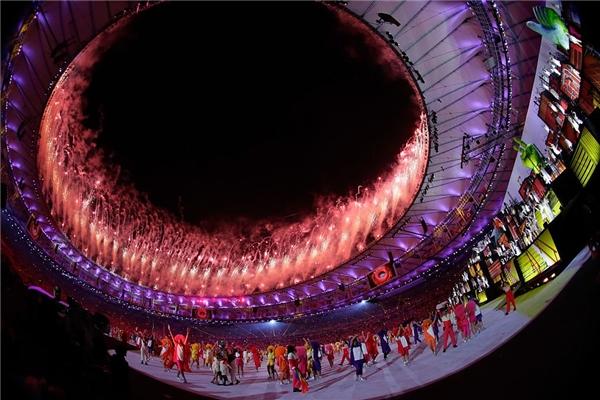 Màn trình diễn pháo hoa là một đặc trưng không thể thiếu trong các kì khai mạc thế vận hội từ trước đến nay. Trong Rio 2016, khán giả cũng không khỏi bất ngờ khi chứng kiến sự hoành tráng và hoa lệ của những chùm pháo rực rỡ bùng cháy trên phía nóc tòa nhà. Màu đỏ đại diện cho lòng tin chiến thắng chình là lời động viên lớn nhất và ban tổ chức muốn gửi gắm đến tất cả các vận động viên.