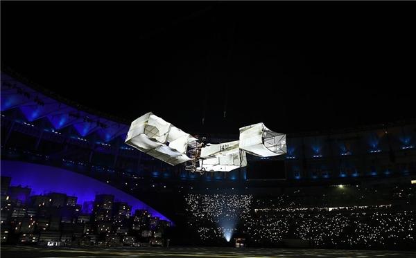 Đây là khoảnh khắc chiếc máy bay đầu tiên cất cánh tại lễ khai mạc. Hình ảnh chiếc máy bay chở ước mơ và niềm tincủa những tuyển thu vút bay trong không khí sục sôi của khán phòng mang đầy ý nghĩa, cổ vũ những khát khao chinh phục đam mê của mỗi người.