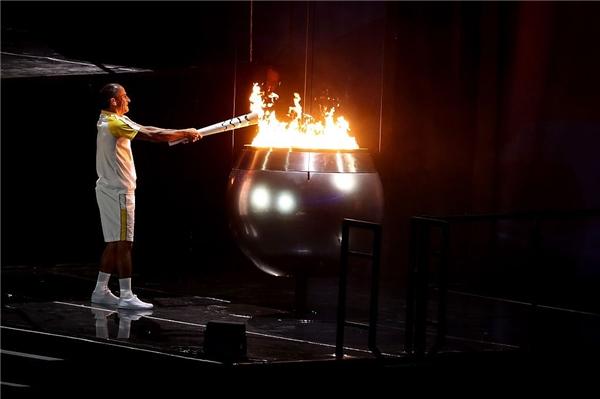 Thay mặt cho vua bóng đá Pele thắp ngọn lửa Olympic huyền thoại chính là cựu vận động viên điềnkinhVanderlei Cordeiro, do ông không đủ sức khỏe để tham dự buổi lễ. Giây phút ngọn lửa cháy lên dã thắp sáng niềm tin và hi vọng của tất cả những người có mặt tại thế vận hội Rio 2016.