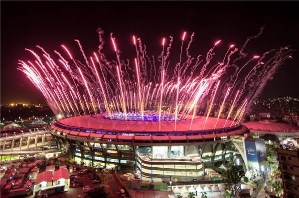 Thêm một hình ảnh pháo hoa rợp trời đầy nghệ thuật nữa. nhìn từ xa, sân vận động như một thiên đường lấp lánh giữ khoảng không mờ ảo, các dòng pháo cứ liên tục thay phiên nhau túa lên tạo nên một khung cảnh kì vĩ hiếm thấy giữađời thường.