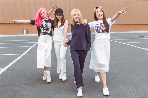 Trong loạt trang phục thứ hai, 4 thành viên nhóm nhạc LIP B trở nên thanh lịch và có phần ngọt ngào hơn với chân váy xòe, quần âu trên nền sắc trắng tinh khôi, tông xanh đen thanh lịch huyền bí.