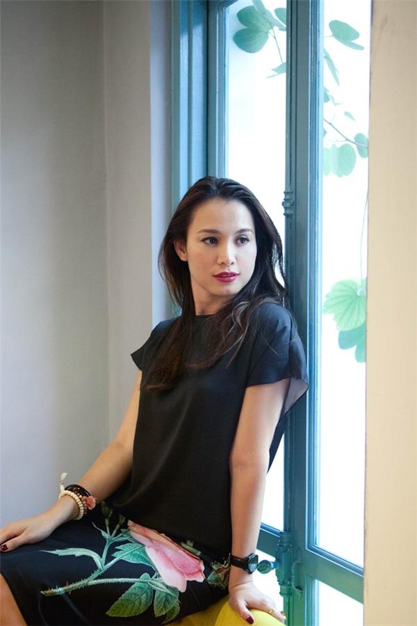 """Thông thường, các mĩ nhân đăng quang Hoa hậu Việt Nam đều có độ tuổi dưới 20. Nhưng dĩ nhiên, đây chỉ là dữ liệu tổng hợp dựa trên số đông.Năm 1998, Ngọc Khánh đăng quang Hoa hậu Việt Nam ở tuổi 22. Hiện tại, cô vẫn đang là người nắm giữ kỉ lục """"Hoa hậu Việt Nam đăng quang có tuổi lớn nhất""""."""