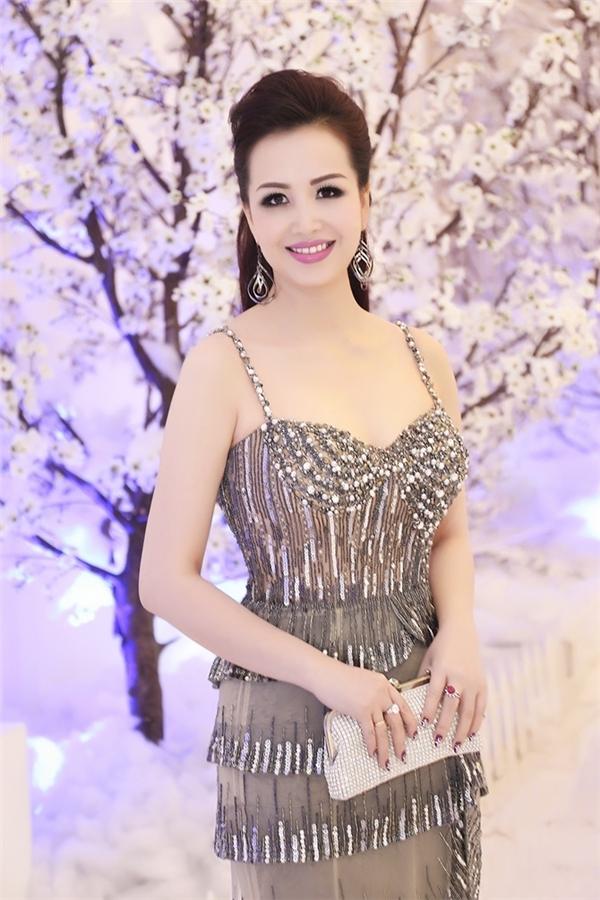 Dù đạt được ngôi vị Hoa hậu Việt Nam 1990 nhưng Diệu Hoa vẫn tiếp tục theo đuổi con đường học vấn. Không chỉ nhận được bằng đại học trong nước, cô còn sang Thái Lan để học thạc sĩ và có thành tích học tập đáng nể.