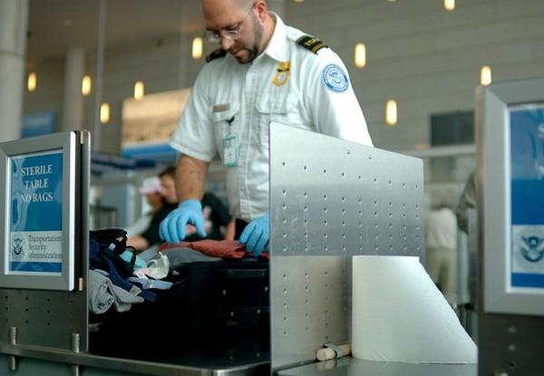 Nhiều trường hợp được đặc cách mang sạc dự phòng nhưng phải mất nhiều thời gian cho khâu kiểm tra. (Ảnh: internet)