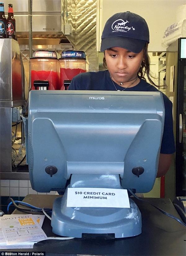 Sasha Obama nhận việc làm thêm mùa hè tại quán ăn Nancy's ở Martha's Vineyard.(Ảnh: Boston Herald)