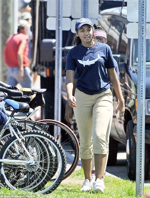 Con gái út của ông Obama chỉ mớibắt đầu làm việc tuần vừa rồi và luôn được các đặc vụ bảo vệ chặt chẽ.(Ảnh: Boston Herald)