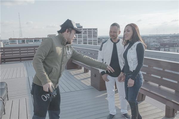 """Đây là lần đầu tiên hai vợ chồng ca sĩ Hồng Ngọc xuất hiện trong cùng một MV ca nhạc.Nữ ca sĩ chia sẻ:""""Lần đầu quay chung với nhau nên cả hai vợ chồng đều bị mắc cười. Nhưng thật sự là ôm ấp tí cũng thấy dễ dàng hơn là quay với người khác."""""""
