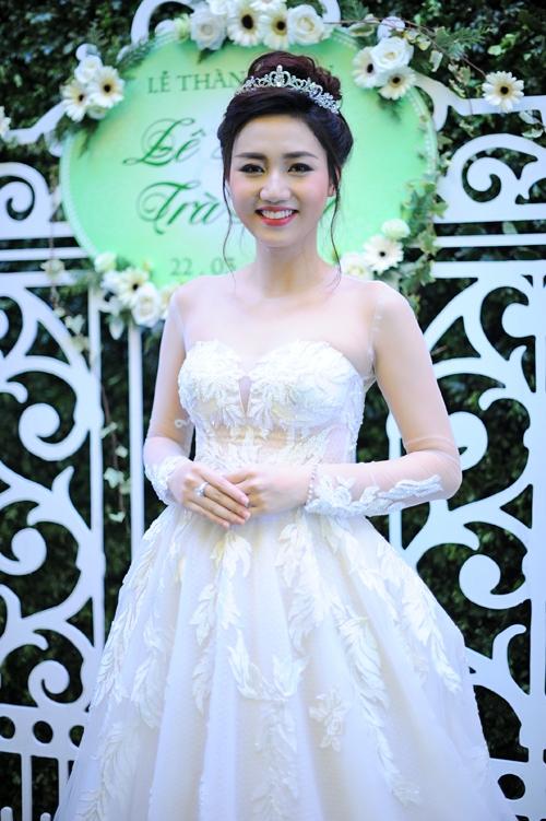Trong tiệc cưới, người đẹp để lô bụng bầu gần 3 tháng khá rõ khi diện áo cưới. - Tin sao Viet - Tin tuc sao Viet - Scandal sao Viet - Tin tuc cua Sao - Tin cua Sao
