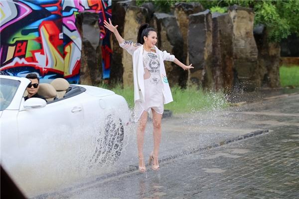Trong tập 8, các cô gái phải thực hiện hiện 2 thử thách để giám khảo khách mời đưa ra quyết định cuối cùng. Ở phần thi cá nhân, họ sẽ thực hiện bộ ảnh thời trang đường phố với không gian là một bãi nước có xe oto chạy ngang. Điều này khiến 7 thí sinh còn lại của The Face Vietnam 2016 gặp ít nhiều khó khăn khi không giữ được bình tĩnh.