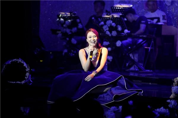 """Trong phần giao lưu giữa các tiết mục, nữ ca sĩ nhiều lần làm nhiều khán giả """"cười nghiêng ngả"""" nhờ cách dẫn chuyện giản dị, hài hước và đặc chất """"miền Trung"""". - Tin sao Viet - Tin tuc sao Viet - Scandal sao Viet - Tin tuc cua Sao - Tin cua Sao"""