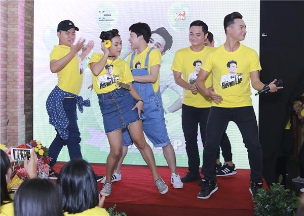 Được biết, đây là tiểu phẩm hoàn toàn ngẫu hứng của Huỳnh Lập cùngcác thành viên trong nhóm Tía Lia và được xuất phát từ sự yêu thích chương trình The Face Vietnam.