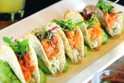 Mexico - Người Mexico chuộng ăn Tacos, một loại bánh thịt chiên giòn vào giữa khuya. Thịt gà nướng hoặc thịt bò được gói trong lớp bánh mì ngô giòn giòn kèm với hành tây, pho mát và một ít rau mùi làm nên món bánh tuyệt hảo.Loại bánh này có thể dễ dàng được tìm thấy ở các xe đẩy dọc nhiều đường phố với giá 1 USD (hơn 22.000 VNĐ)cho 6 chiếc Tacos.(Ảnh: Internet)