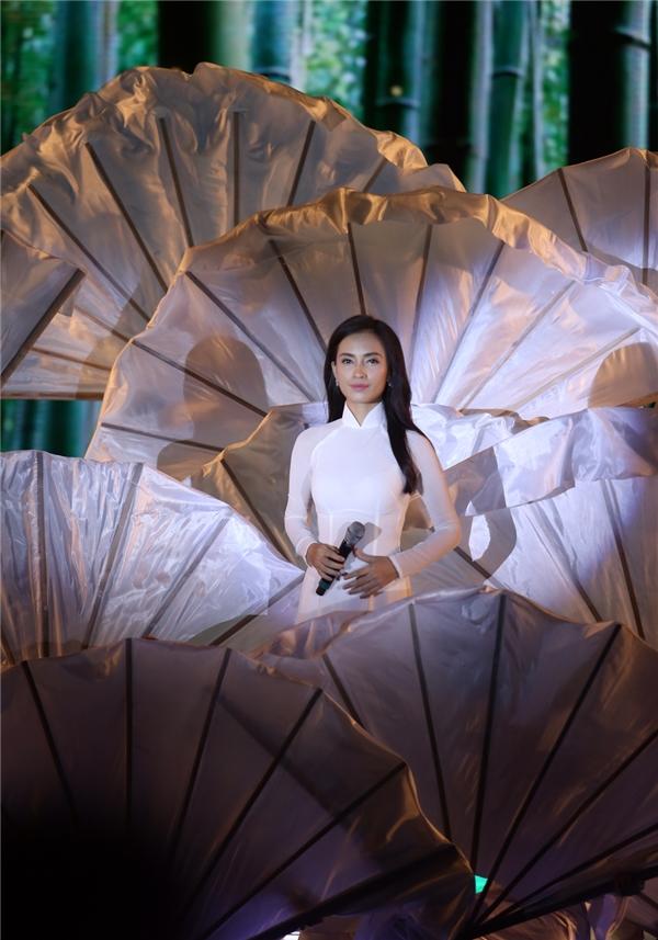 Nữ ca sĩ Ái Phương trình diễn mở màn với ca khúc làm mưa làm gió trong thời gian qua Tôi thấy hoa vàng trên cỏ xanh.