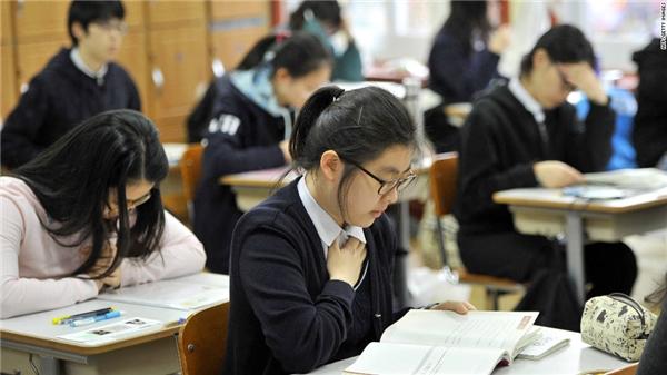 Nỗ lực học để giành thứ hạng cao, chuẩn bị cho kì thi quốc gia.(Ảnh: Internet)