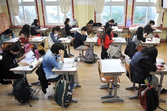 Học sinh áp lực, đau đầu vì bài vở.(Ảnh: Internet)