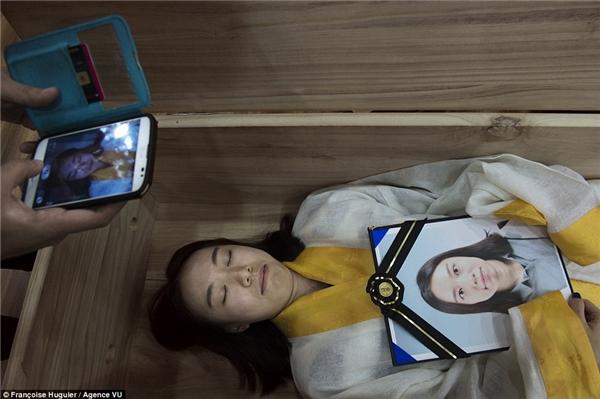 Một bạn nữ đang trải nghiệm điều sẽ xảy ra với mình sau cái chết. (Ảnh: Internet)