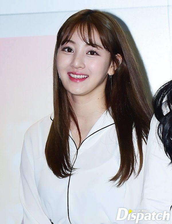 """Hình ảnh """"khi xưa ta bé"""" của Jihyo lung linh không khác gì hình họa báo bây giờ. Không chỉ sở hữu gương mặt xinh đẹp, khả năng hát hò của cô nàng cũng được giới chuyên môn đánh giá cao. Thật không ngoa khi nói Jihyo chính là thành viên """"tài sắc vẹn toàn"""" của Twice."""