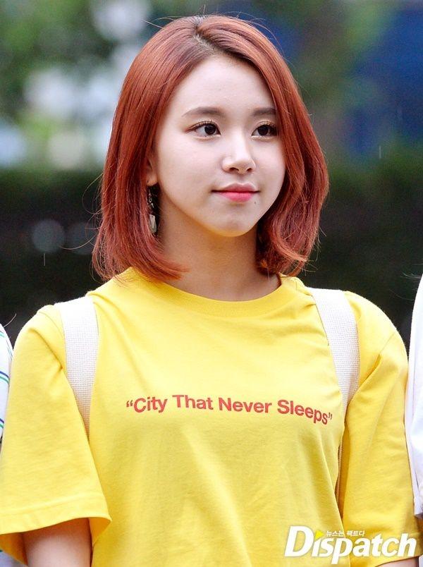 """Vẻ ngoài xinh xắn ngày xưa của Chaeyoung hoàn toàn không thay đổi khi nữ thần tượng trưởng thành. Hiện tại, cô nàng là """"át chủ bài"""" nhan sắc của Twice. Đúng với lĩnh vực sở trường và vai trò rapper của nhóm, cô nàng hớp hồnfan bằng vẻ đẹp cá tính, mạnh mẽ cùng phong thái tự tin, trưởng thành hơn so với các bạn cùng trang lứa."""